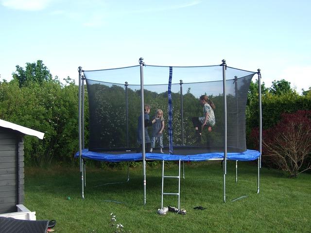 děti v zahradní trampolíně