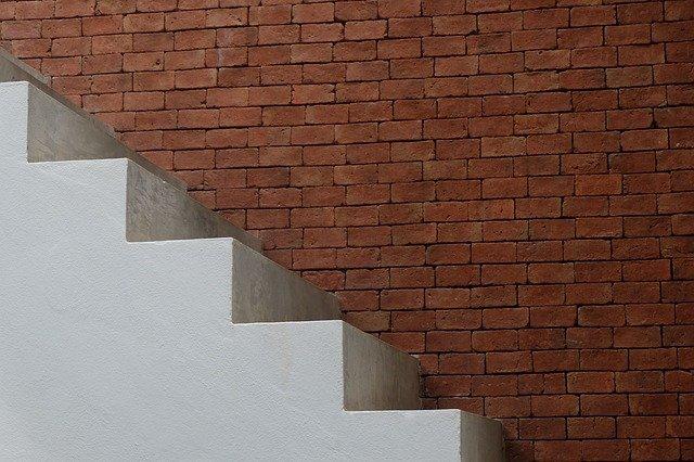 schody u zdi