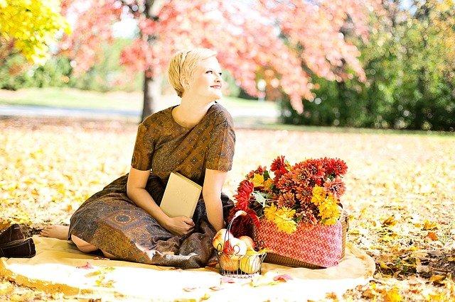 mladá žena a podzim