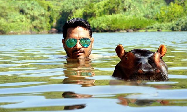 muž s hrochem ve vodě
