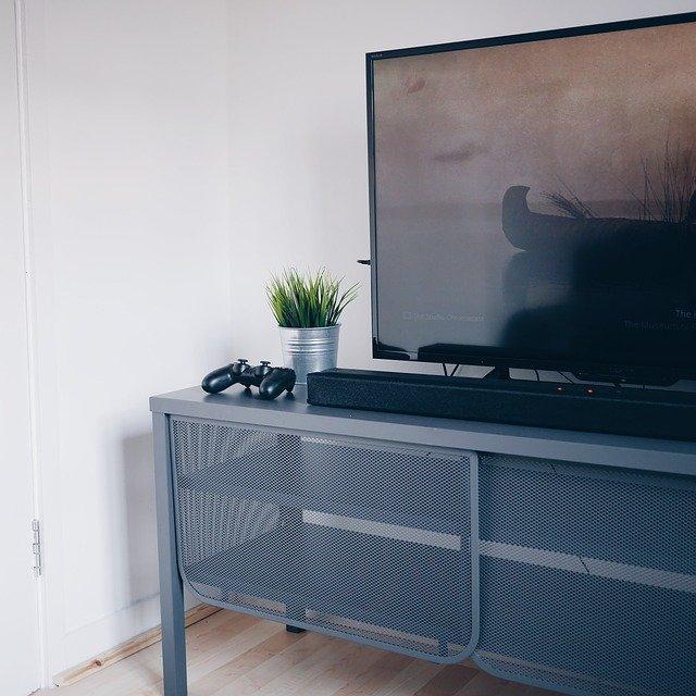 moderní televize v obýváku