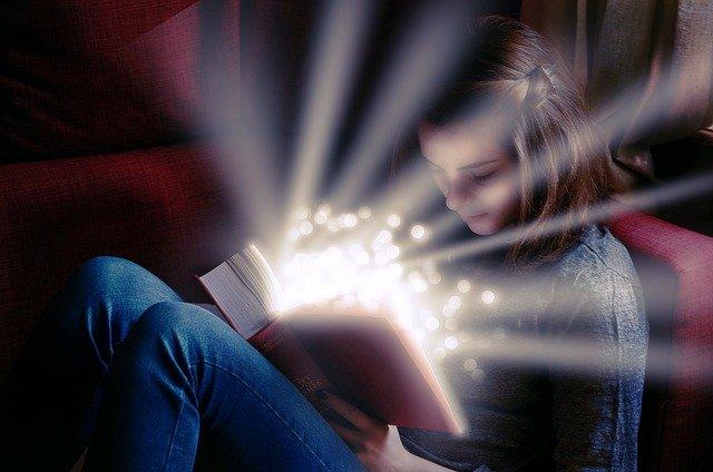 světlo nad knihou.jpg